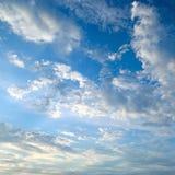 σύννεφα ενάντια στο μπλε ουρανό στοκ εικόνες με δικαίωμα ελεύθερης χρήσης