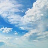 σύννεφα ενάντια στο μπλε ουρανό στοκ φωτογραφίες με δικαίωμα ελεύθερης χρήσης