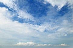 Σύννεφα ενάντια στο μπλε ουρανό στοκ φωτογραφίες