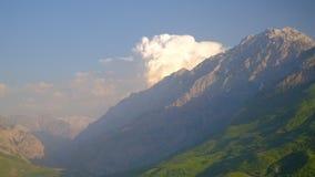 Σύννεφα επάνω από τα βουνά και την κοιλάδα απόθεμα βίντεο