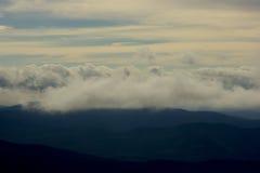 Σύννεφα επάνω από τα βουνά Στοκ Φωτογραφίες