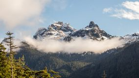Σύννεφα επάνω από τις δύσκολες κορυφές βουνών Στοκ Εικόνες