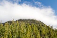 Σύννεφα επάνω από τις δύσκολες κορυφές βουνών Στοκ Φωτογραφία