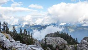 Σύννεφα επάνω από τις δύσκολες κορυφές βουνών Στοκ Εικόνα