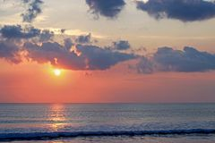 σύννεφα επάνω από τον ωκεανό στο ηλιοβασίλεμα Στοκ Εικόνες
