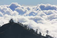 Σύννεφα επάνω από το βουνό υψηλό Στοκ φωτογραφία με δικαίωμα ελεύθερης χρήσης