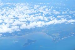 Σύννεφα επάνω από το σαφή μπλε ουρανό Στοκ φωτογραφία με δικαίωμα ελεύθερης χρήσης