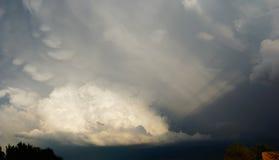 Σύννεφα θύελλας με τα άσπρα βράζοντας σύννεφα στοκ εικόνα