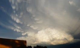 Σύννεφα θύελλας με τις ακτίνες ήλιων και να βράσει τα άσπρα χρώματα στοκ φωτογραφίες