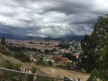 Σύννεφα θύελλας πέρα από τα βουνά των Άνδεων, Cuenca Ισημερινός Στοκ Εικόνες