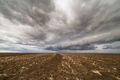 Σύννεφα θύελλας πέρα από το καλλιεργήσιμο έδαφος Στοκ φωτογραφία με δικαίωμα ελεύθερης χρήσης