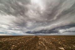 Σύννεφα θύελλας πέρα από το καλλιεργήσιμο έδαφος Στοκ φωτογραφίες με δικαίωμα ελεύθερης χρήσης