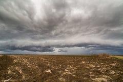 Σύννεφα θύελλας πέρα από το καλλιεργήσιμο έδαφος Στοκ εικόνα με δικαίωμα ελεύθερης χρήσης