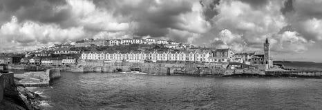 Σύννεφα θύελλας πέρα από το λιμάνι Pothleven, Κορνουάλλη στοκ εικόνα