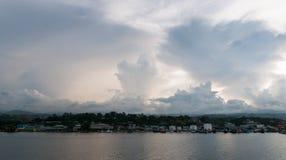Σύννεφα θύελλας που αναπτύσσονται πέρα από την προκυμαία, Honiara, Guadalcanal, νήσοι του Σολομώντος στοκ φωτογραφία