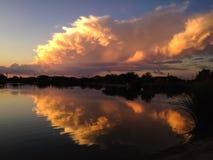 Σύννεφα θύελλας ηλιοβασιλέματος πέρα από μια λίμνη Στοκ εικόνες με δικαίωμα ελεύθερης χρήσης