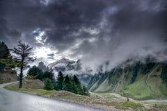 Σύννεφα θύελλας πέρα από τα βουνά του ladakh, Τζαμού και Κασμίρ, Ινδία Στοκ Εικόνες