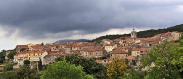 Σύννεφα θύελλας πέρα από το γαλλικό ορεινό χωριό του Μονς στοκ φωτογραφία με δικαίωμα ελεύθερης χρήσης