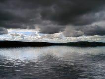 Σύννεφα θύελλας πέρα από το νερό ελεύθερη απεικόνιση δικαιώματος
