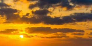 Σύννεφα και λάμποντας ήλιος στο ηλιοβασίλεμα Στοκ Φωτογραφίες