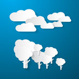 Σύννεφα και δέντρα στο μπλε υπόβαθρο Στοκ Φωτογραφία