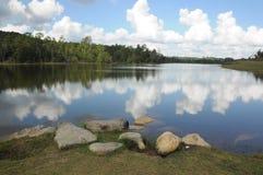 Σύννεφα και αντανάκλαση ουρανού σε μια λίμνη Στοκ φωτογραφία με δικαίωμα ελεύθερης χρήσης