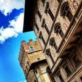 Σύννεφα και αρχιτεκτονική στοκ φωτογραφία με δικαίωμα ελεύθερης χρήσης