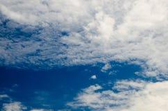 Σύννεφα και βαθύς μπλε ουρανός πολύ copyspace Πυροβοληθείς χρησιμοποιώντας CPL Στοκ Φωτογραφίες