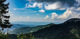 Σύννεφα και βουνά στοκ φωτογραφίες