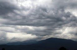 Σύννεφα και βουνό σε μια στενή ημέρα στοκ εικόνες
