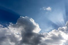 Σύννεφα και ελαφριά ακτίνα Στοκ Εικόνες