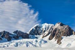 Σύννεφα και μπλε ουρανοί πέρα από τον παγετώνα του Franz Josef στοκ εικόνα με δικαίωμα ελεύθερης χρήσης
