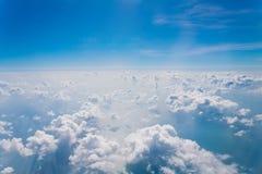 Σύννεφα και μπλε ουρανού, που αντιμετωπίζεται από ένα παράθυρο αεροπλάνων Στοκ εικόνα με δικαίωμα ελεύθερης χρήσης