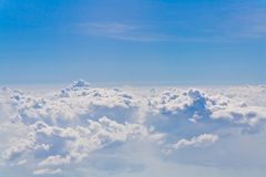 Σύννεφα και μπλε ουρανού, που αντιμετωπίζεται από ένα παράθυρο αεροπλάνων Στοκ φωτογραφίες με δικαίωμα ελεύθερης χρήσης