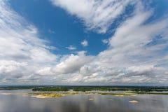 Σύννεφα και μπλε ουρανός πέρα από τον ποταμό Στοκ εικόνες με δικαίωμα ελεύθερης χρήσης