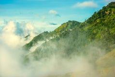 Σύννεφα και ομίχλες στο βουνό στοκ εικόνες