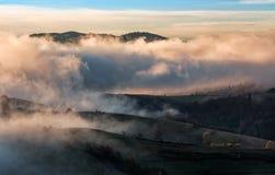 Σύννεφα και ομίχλη που αυξάνονται πέρα από την επαρχία Στοκ Εικόνες