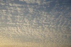 Σύννεφα και ουρανός το φθινόπωρο Στοκ εικόνα με δικαίωμα ελεύθερης χρήσης