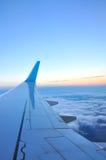 Σύννεφα και ουρανός όπως βλέπει μέσω του παραθύρου ενός αεροσκάφους Στοκ Φωτογραφίες