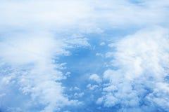 Σύννεφα και ουρανός όπως βλέπει μέσω του παραθύρου ενός αεροσκάφους Στοκ Εικόνες
