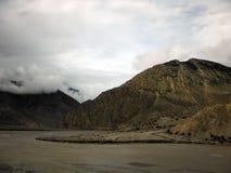 Σύννεφα και ποταμός μουσώνα στα ξηρά Ιμαλάια Στοκ Φωτογραφίες