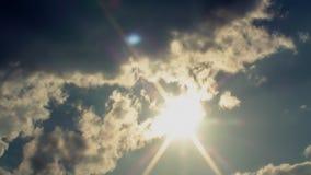 Σύννεφα και ρυμουλκό Cinematic ήλιων απόθεμα βίντεο
