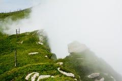 Σύννεφα και υψηλό βουνό Στοκ εικόνα με δικαίωμα ελεύθερης χρήσης