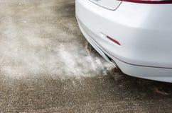 Σύννεφα καπνού εξάτμισης από το άσπρο αυτοκίνητο, έννοια ατμοσφαιρικής ρύπανσης Στοκ Φωτογραφίες