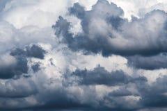 Σύννεφα κιβωτών στον ουρανό πριν από το βροχή ` s στοκ φωτογραφία