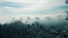 Σύννεφα μέσω του βουνού στην Ευρώπη απόθεμα βίντεο