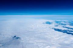 Σύννεφα μια σαφή ημέρα. Κορυφαία όψη. Στοκ Εικόνα