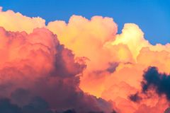Σύννεφα μπλε ουρανού και σωρειτών στο ηλιοβασίλεμα στοκ εικόνες με δικαίωμα ελεύθερης χρήσης