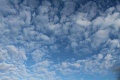 Σύννεφα, μπλε ουρανός, φωτεινός ήλιος Στοκ Εικόνες