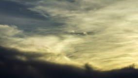Σύννεφα ουράνιων τόξων ή σύννεφα ουράνιων τόξων Τα σύννεφα έχουν ένα χρωματισμένο στρώμα γύρω από τις άκρες απόθεμα βίντεο